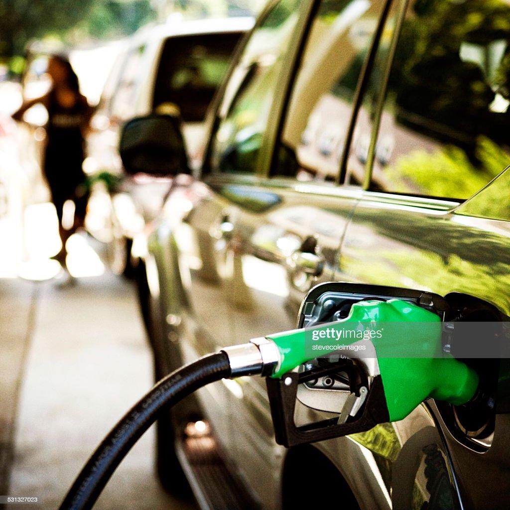 Gas Pumpe Füllung ein Auto. : Stock-Foto
