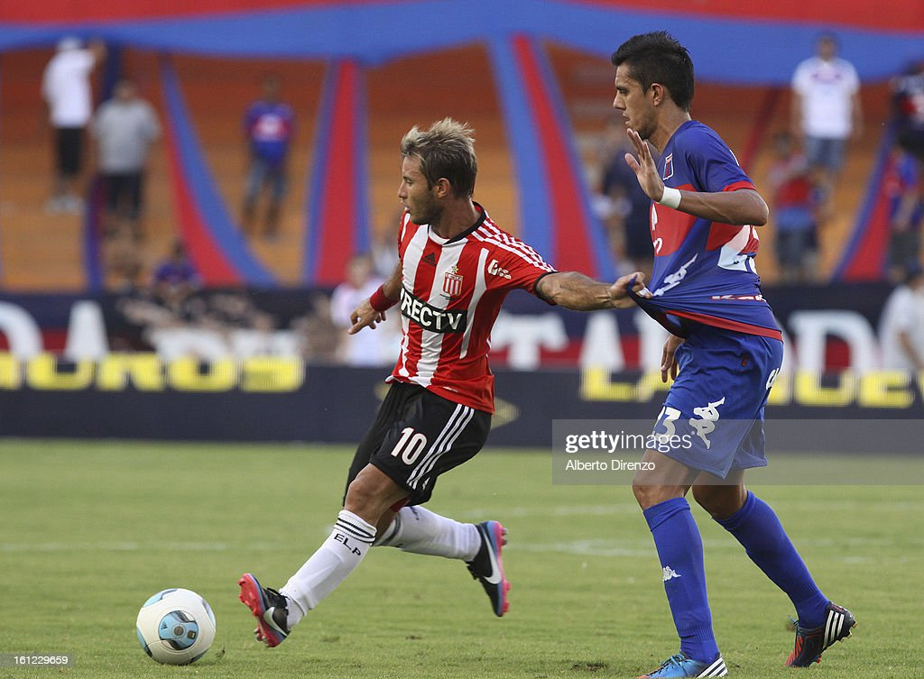 <a gi-track='captionPersonalityLinkClicked' href=/galleries/search?phrase=Gaston+Fernandez&family=editorial&specificpeople=675705 ng-click='$event.stopPropagation()'>Gaston Fernandez</a> of Estudiantes de la Plata fights for the ball during a match between Estudiantes and Tigre as part of the 2013 Final Tournament on February 9, 2013 in La Plata, Argentina.