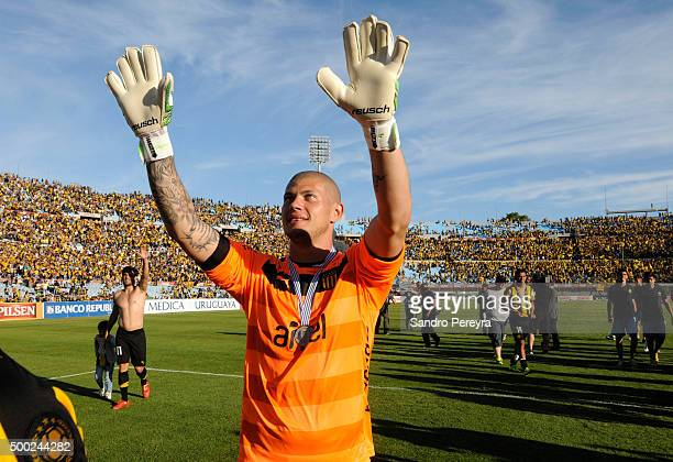 Gaston Guruceaga goalkeeper of Peñ–arol celebrates after winning a match between Penarol and Juventud as part of Torneo Apertura 2015 at Centenario...