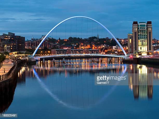 Ponte do Milénio de Gateshead pelo Anoitecer
