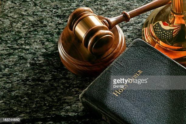 Richterhammer und heilige Bibel