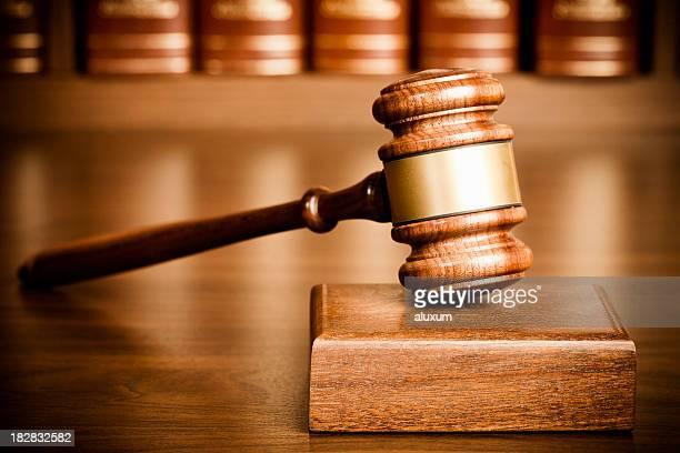 Richterhammer und klingenden block auf Schreibtisch