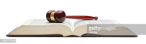 Marteau de juge sur un livre de droit