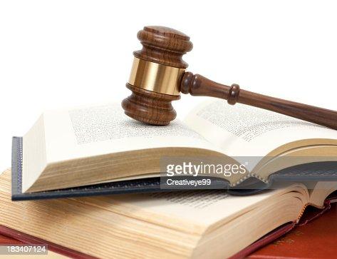 Marteau de juge sur ouvert de livres