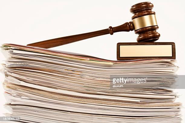 Marteau de juge sur une pile de documents
