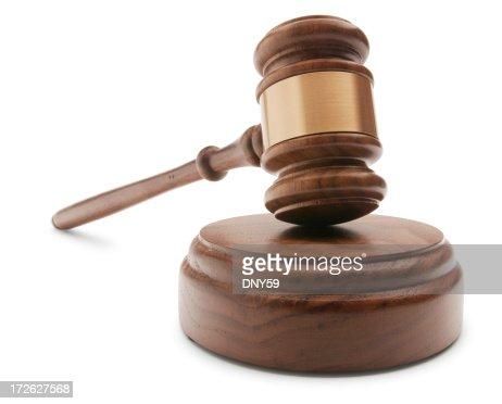 Marteau de juge et de son bloc sur fond blanc