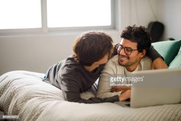 Gay paar zu Hause entspannen.