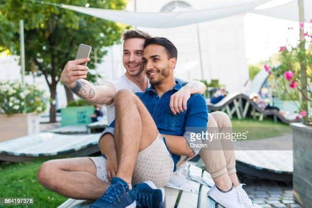Gay couple prenant selfie pour les réseaux sociaux lors de leur voyage autour de l'Europe