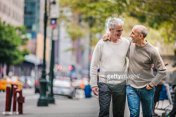 Gay couple marchant dans le centre-ville de New York