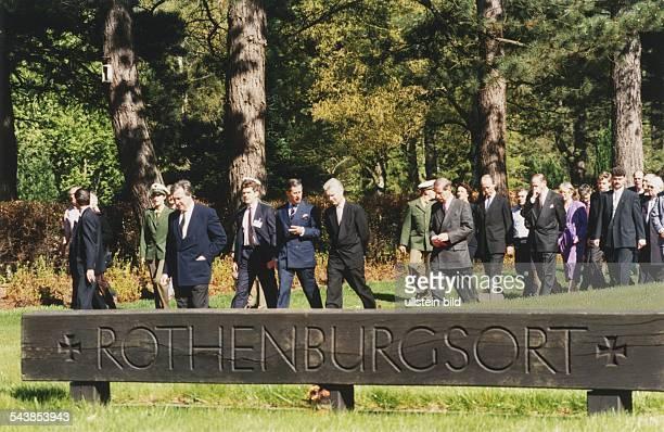 Gedenkfeiern zum fünfzigsten Jahrestag des Endes des Zweiten Weltkrieges Besuch Erster Bürgermeister Henning Voscherau und Prinz Charles und einer...