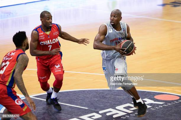 Gedeon Pitard of Elan Chalon and Louis Campbell of Paris Levallois during the Pro A PlayOff match between ParisLevallois and Elan Chalon sur Saone on...