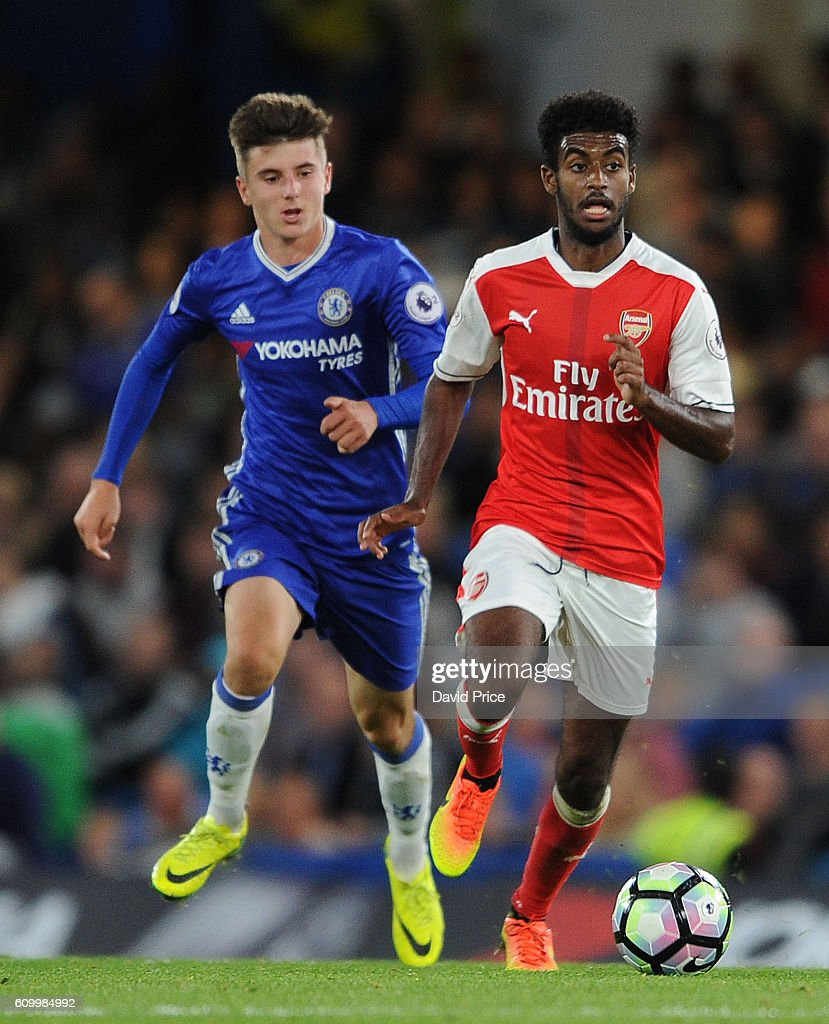 Gedion Zelalem of Arsenal takes on Mason Mount of Chelsea during the match between Chelsea U23 and Arsenal U23 at Stamford Bridge on September 23, 2016 in London, England.