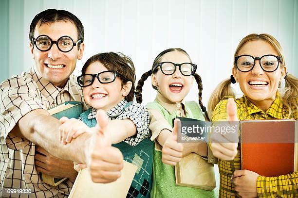 Geek famille montrant ok avec leurs pouces.