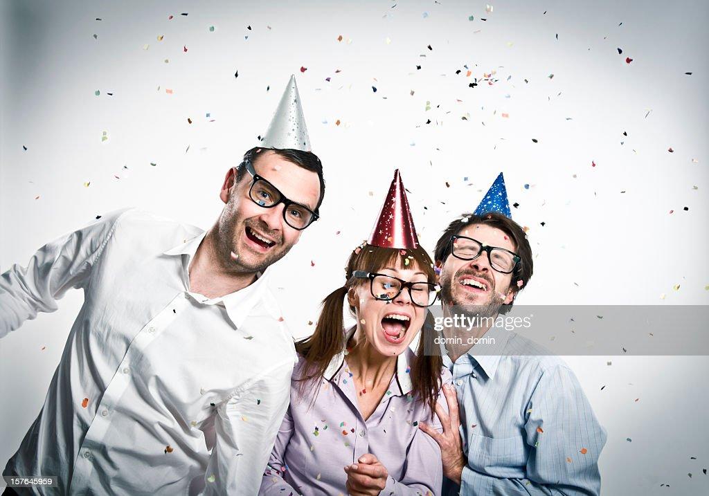 Geek amis à la fête, heureux trois Grand dadais personnes, studio tourné : Photo