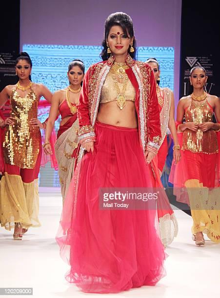 Geeta Basra walks the ramp for Sangam Chains during India International Jewellery Week Season 2 held in Mumbai on July 312011