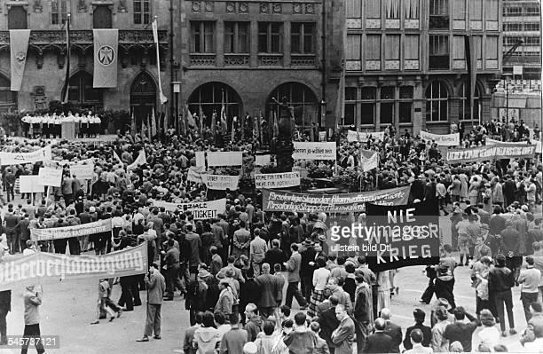 Gegen Wehrpflicht und 'Militarismus' demonstrieren am Frankfurter Römer die in der 'Antimilitaristischen Aktion 1957' zusammengeschlossenen...