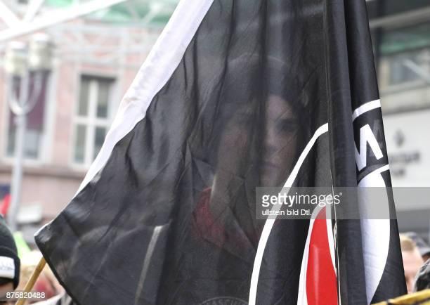 Gegendemonstrant zu sehen hinter einer Fahne