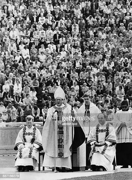 * Geistlicher Theologe katholisch D Fronleichnamsmesse im Olympiastadion in Berlin 1980