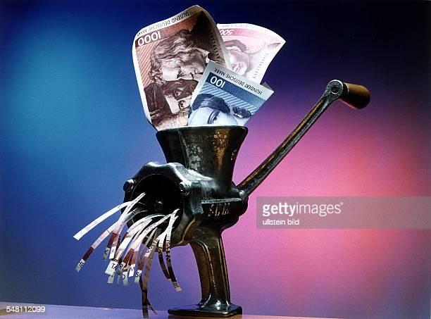 DM Geldscheine werden durch einen Reisswolf gedreht Symbolfoto Steuern Abgaben 1997