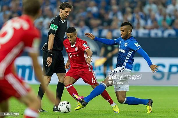 Gelsenkirchen Germany 1Bundesliga 2 Spieltag FC Schalke 04 FC Bayern Muenchen Schiedsrichter Manuel Graefe Thiago Alcantara gegen Eric Maxim...