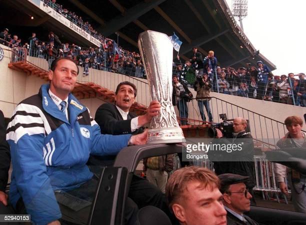 Parkstadion Trainer Huub STEVENS und Manager Rudi ASSAUER mit dem Cup