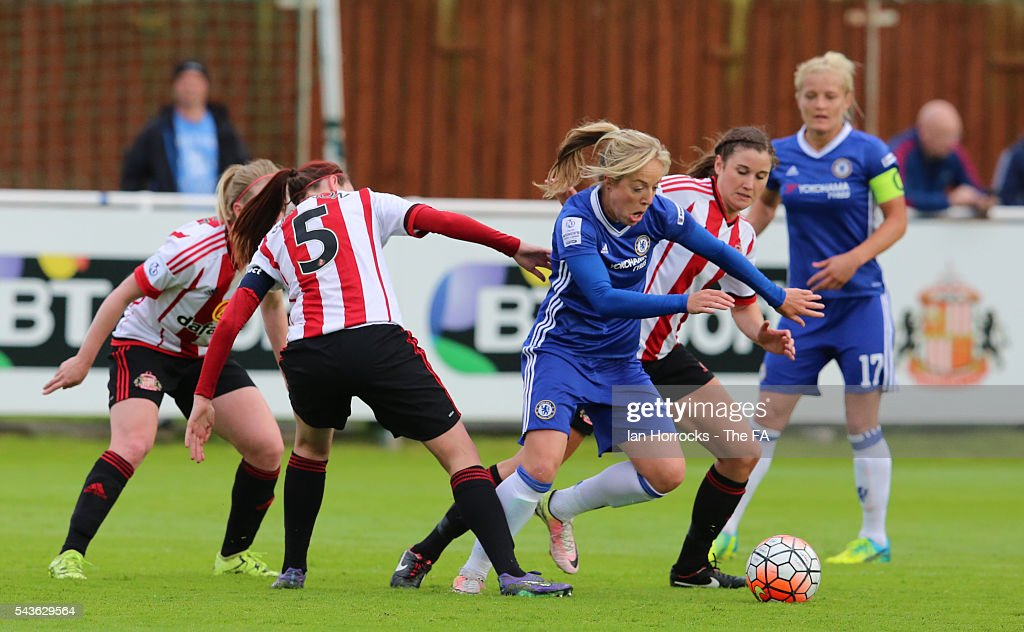 Gemma Davison of Chelsea (C) tries to evade the Sunderland defence during the WSL 1 League match between Sunderland Ladies and Chelsea Ladies FC at the Hetton Center on June 29, 2016 in Hetton, England.