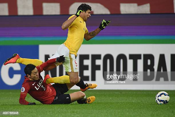 Gen Shoji of Kashima Antlers and Elkeson De Oliveira Cardoso of Guangzhou Evergrande compete for the ball during the AFC Champions League Group H...
