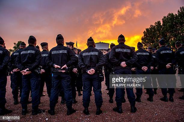 TOPSHOT Gendarmes attend a visit ny the French President to the Gendarmerie of Calais northern France on September 26 2016 / AFP / PHILIPPE HUGUEN