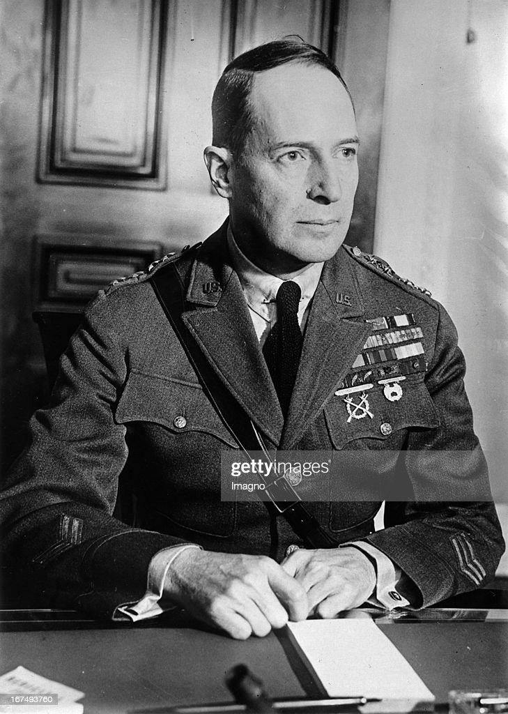 General Douglas MacArthur in Berlin. Photograph. 7.9.1932. (Photo by Imagno/Getty Images) General Douglas MacArthur in Berlin. Photographie. 7.9.1932
