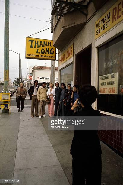General Ky Exiled In United States Aux EtatsUnis dans une rue devant le restaurant Than Long tenu par la soeur de Nguyen Cao KY une femme de dos...