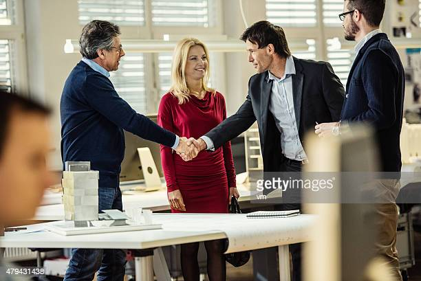 General manager hand schütteln mit client im Büro