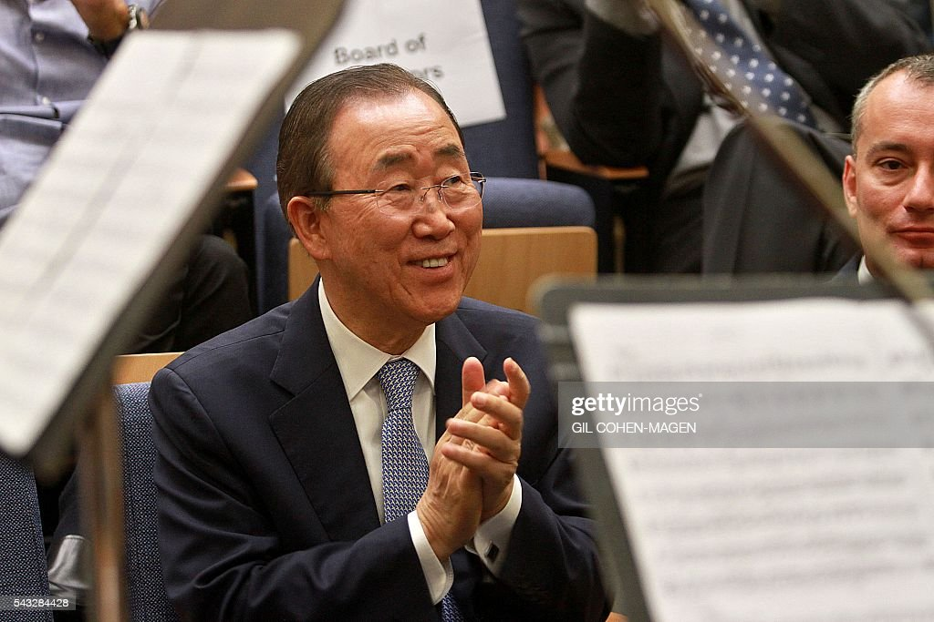 UN general secretary Ban Ki-Moon (L) attends a classical music concert during a ceremony where he received the George S. Wise medal from the Tel aviv university on June 27, 2016 in the Israeli city of Tel Aviv. / AFP / GIL