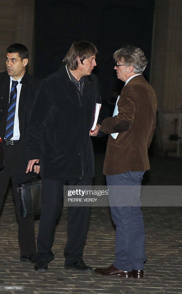 General Secretary of the Workers Force union (FO, Force Ouvriere) Jean-Claude Mailly (R) speaks with CGT labour union leader Bernard Thibault (C), as he leaves on November 22, 2012 the Hotel Matignon in Paris, after a meeting with French Prime Minister. AFP PHOTO PIERRE VERDY