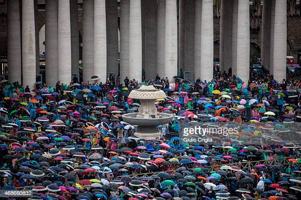 A general view during the Easter Mass on April 5 2015 in Vatican City Vatican Tens of thousands of people gathered in Saint Peter's Square on Sunday...
