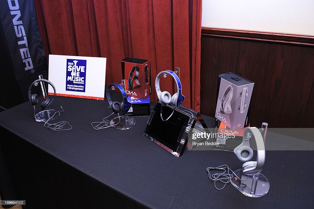 A general view of atmosphere at VH1 Save The Music Foundation's Songwriters Music Series Remix featuring Swizz Beatz & Friends, presented by Monster DNA Headphones & William Hill Estate Winery at Hard Rock Cafe New York on January 17, 2013 in New York City.