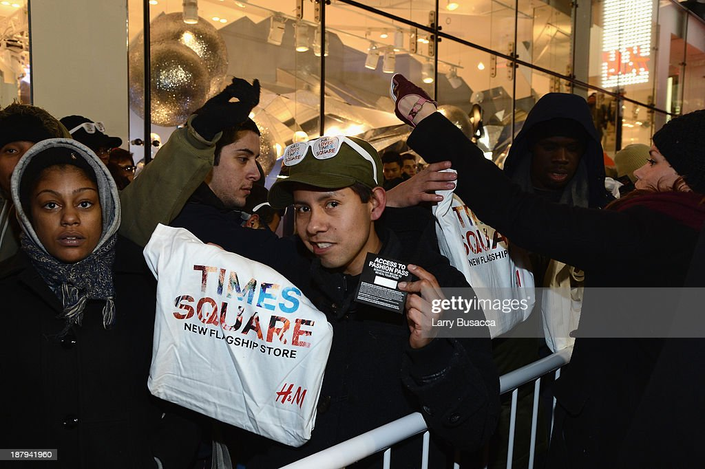 A general view of atmosphere outside as H&M and Lady Gaga open an epic H&M store in Times Square on November 13, 2013 in New York City.