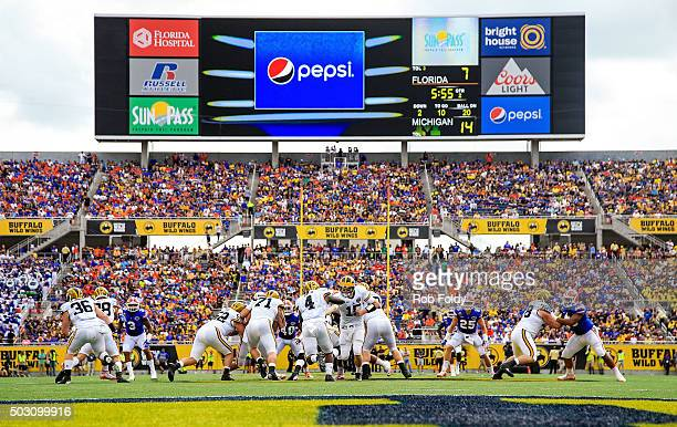 A general view of Jake Rudock handing the ball off to De'Veon Smith of the Michigan Wolverines during the first half of the Buffalo Wild Wings Citrus...