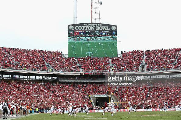 A general view of play between the Oklahoma Sooners and the Texas Longhorns at Cotton Bowl on October 11 2014 in Dallas Texas