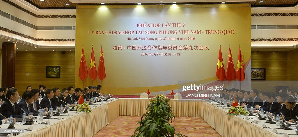 General view of the 9th joint-meeting on bilateral cooperation between Vietnam and China attended by Vietnamese Deputy Prime Minister and Minister of Foreign Affairs Pham Binh Minh (R) and Chinese State Councilor Yang Jiechi (L) in Hanoi on June 27, 2016. Yang is in Vietnam to attend the 9th joint-meeting on bilateral cooperation between the two countries. / AFP / HOANG