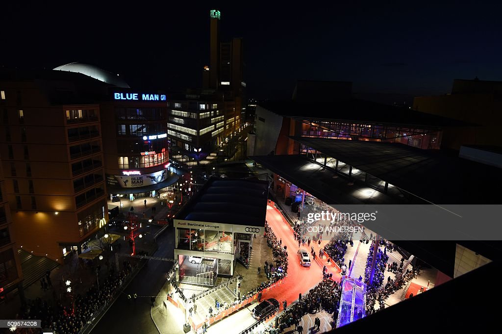 A general view of the arrival of guest film 'Hail, Caesar!' screening during opening film of the 66th Berlinale Film Festival in Berlin on February 11, 2016. / AFP / ODD ANDERSEN