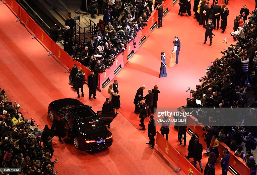A general view of the arrival of guests film 'Hail, Caesar!' screening during opening film of the 66th Berlinale Film Festival in Berlin on February 11, 2016. / AFP / ODD ANDERSEN