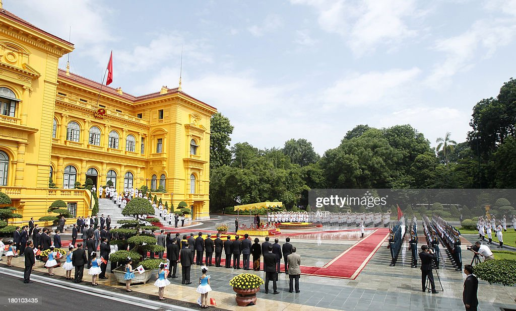 General view of the official welcoming ceremony of the visiting South Korean president Park Geun-Hye at the presidential palace in Hanoi on September 9, 2013. The South Korean leader arrived to Hanoi late September 7, 2013 from the G20 meeting in Russia for a three-day official visit aimed at boosting bilateral ties.