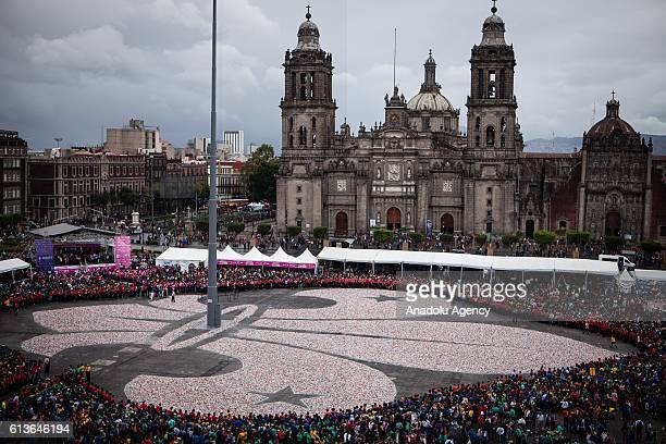 General view of the Zocalo of Mexico City Mexico on October 09 2016 More than one million cans formed a Fleur de Lys who broke the Guinness World...