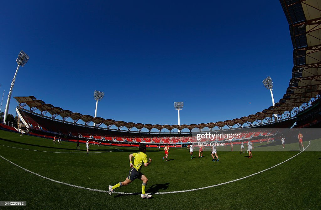 A general view prior to the first bounce during the round 15 AFL match between the Gold Coast Suns and the St Kilda Saints at Metricon Stadium on July 2, 2016 in Gold Coast, Australia.
