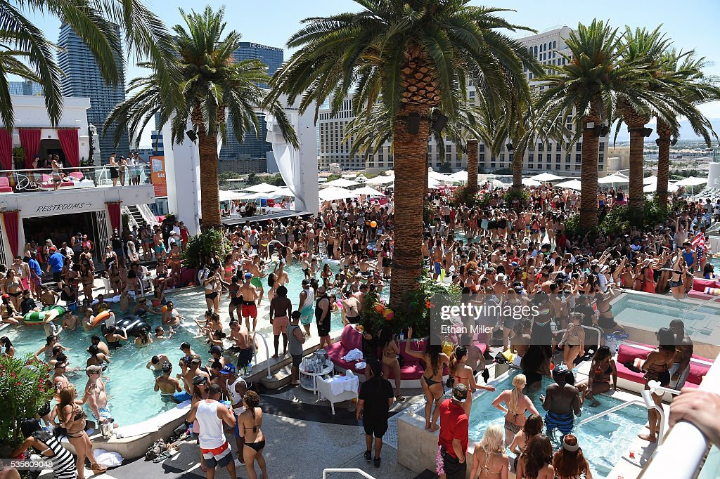 Jennifer lopez hosts carnival del sol at drai 39 s beach for Pool show las vegas 2016