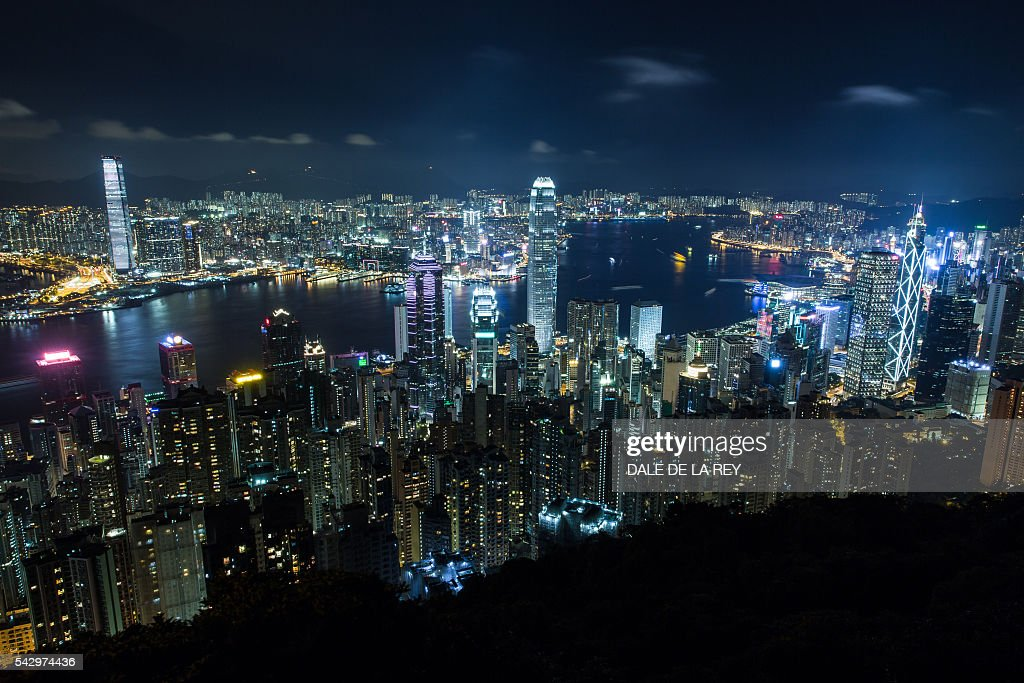 A general view shows Hong Kong island (foreground), Victoria Harbour (C) and the Kowloon peninsula (top) in the southern Chinese city on June 25, 2016. / AFP / DALE