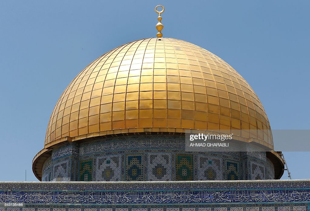 A general view shows the Dome of the Rock in Jerusalem's Al-Aqsa mosque compound after clashes erupted at the site between Palestinians and Israeli police on June 26, 2016 during the holy month of Ramadan. Israeli police at Jerusalem's Al-Aqsa mosque compound clashed with Muslims protesting Jewish visits there as the Islamic holy month of Ramadan approached its climax, Palestinians said. / AFP / AHMAD