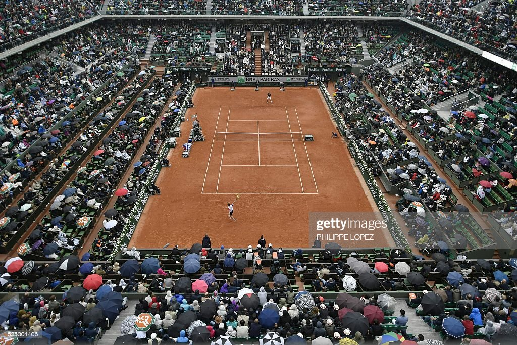 A general view shows the Philippe Chatrier court as France's Richard Gasquet (front) returns the ball to Japan's Kei Nishikori during their men's fourth round match at the Roland Garros 2016 French Tennis Open in Paris on May 29, 2016. / AFP / PHILIPPE
