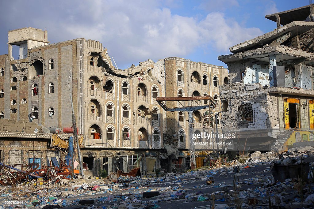 A general view taken on February 12, 2016, shows heavily damaged buildings in Yemen's third city Taez as a result of clashes between Shiite Huthi rebels and fighters from the Popular Resistance Committees, loyal to Yemen's fugitive President Abedrabbo Mansour Hadi. / AFP / AHMAD AL-BASHA