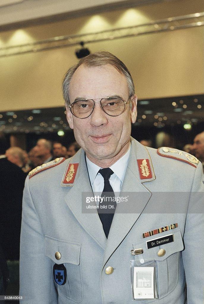 Demmer, Karl W. / Generaloberstabsarzt Pictures | Getty Images | {Arzt bundeswehr 76}